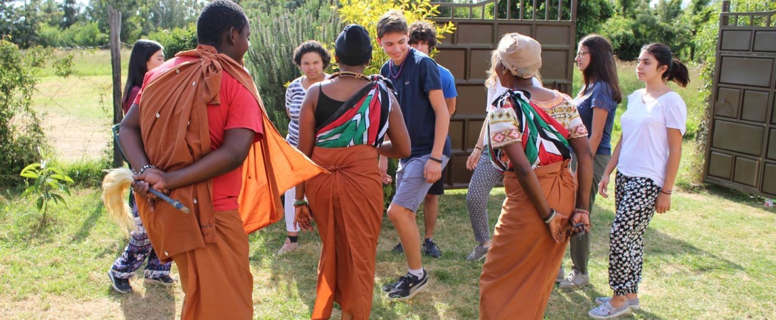 Voluntarios aprendiendo una danza tradicional de Kenia.